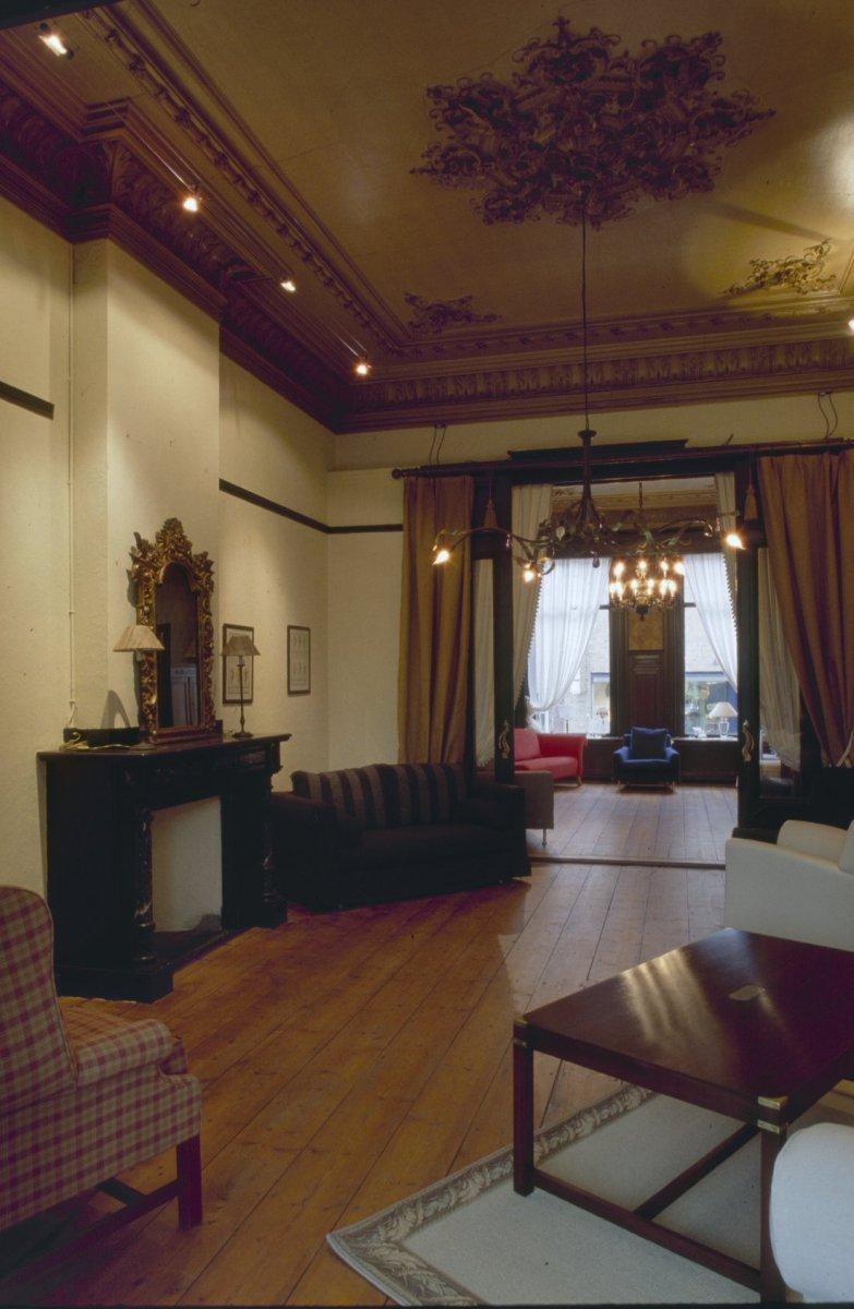 file interieur overzicht voorkamer met schouw herenhuis