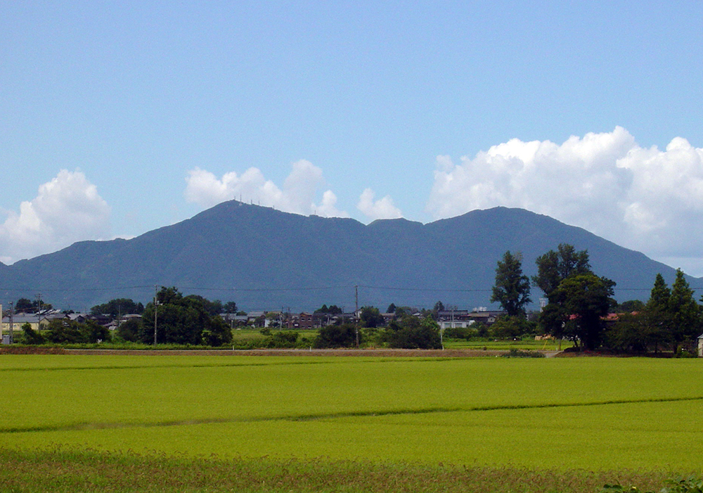 Mt.Yahiko from Sakae PA.jpg