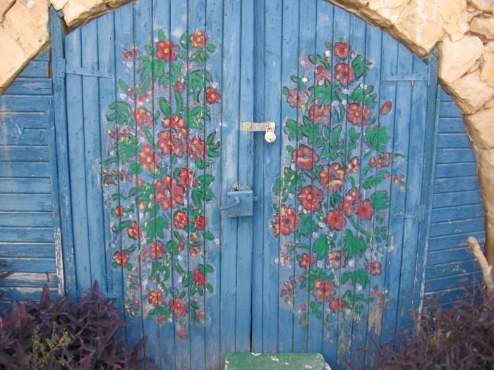 דלת עץ מצויירת