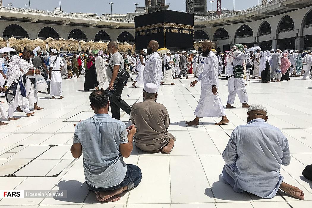 Pilgrims worship beside the Ka'bah01.jpg