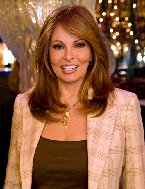 The 77-year old daughter of father Armando Carlos Tejada Urquizo and mother Josephine Sarah Hall, 168 cm tall Raquel Welch in 2017 photo