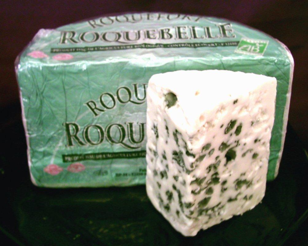 Une tranche du Roquefort, marqué par les moisissures.