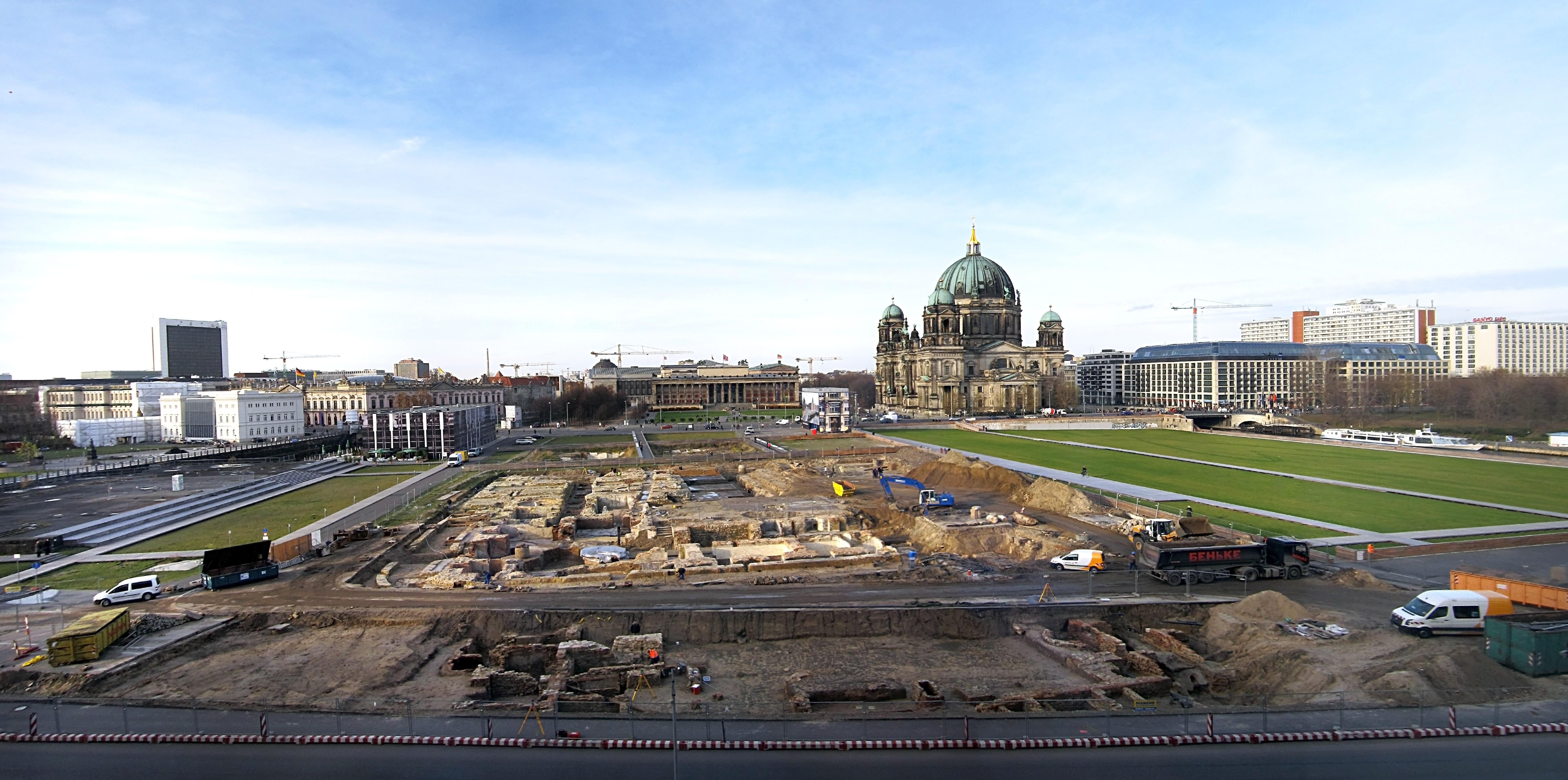File:Schlossplatz in Berlin.jpg
