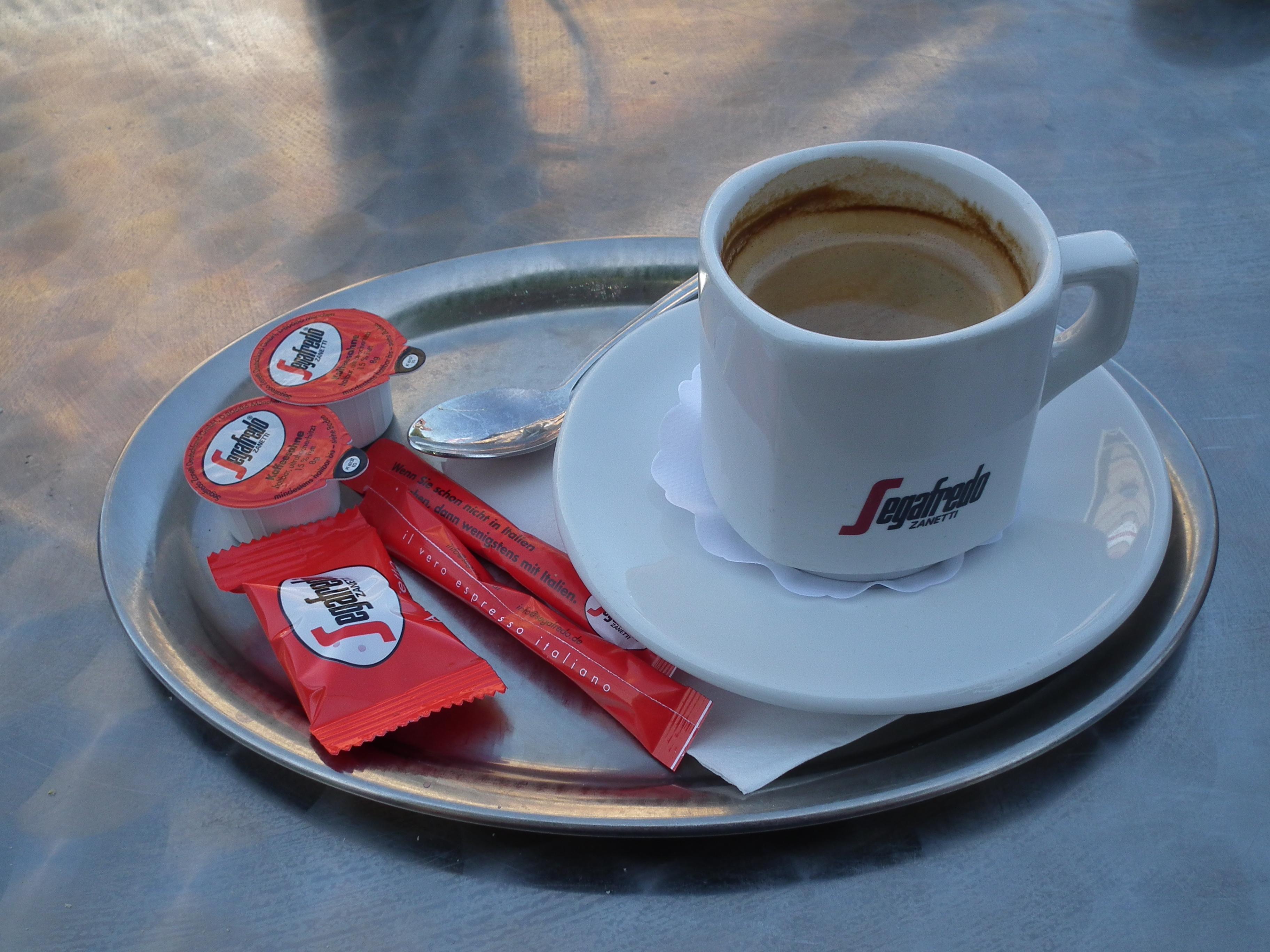 File:Segafredo Tasse Kaffee mit Milch und Zucker.JPG - Wikimedia Commons