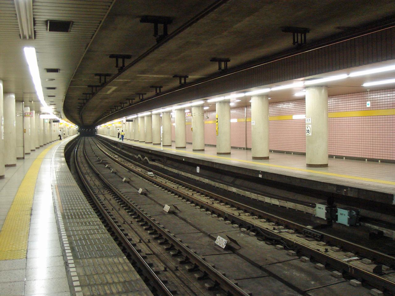 https://upload.wikimedia.org/wikipedia/commons/9/92/Shintomicho_Station_platform_2006.jpg