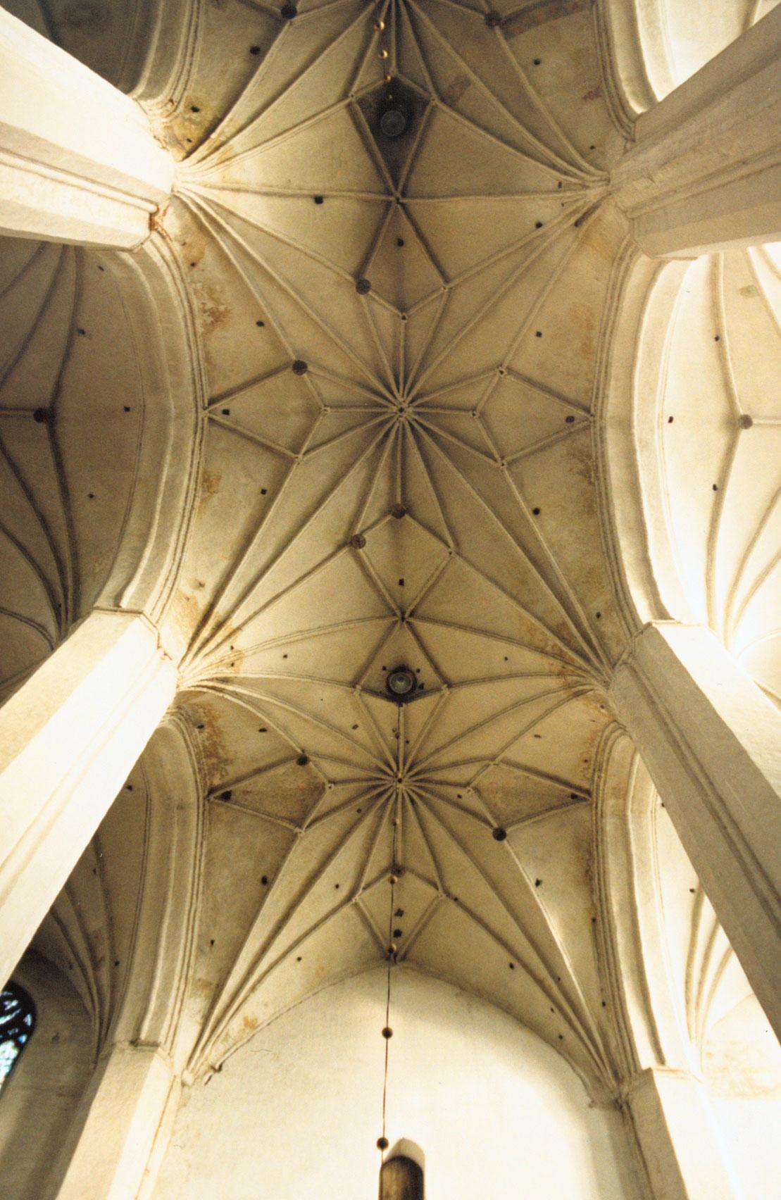 Bóveda de crucería en la catedral de San Juan Bautista y San Juan Evangelista, Toruń (Polonia).