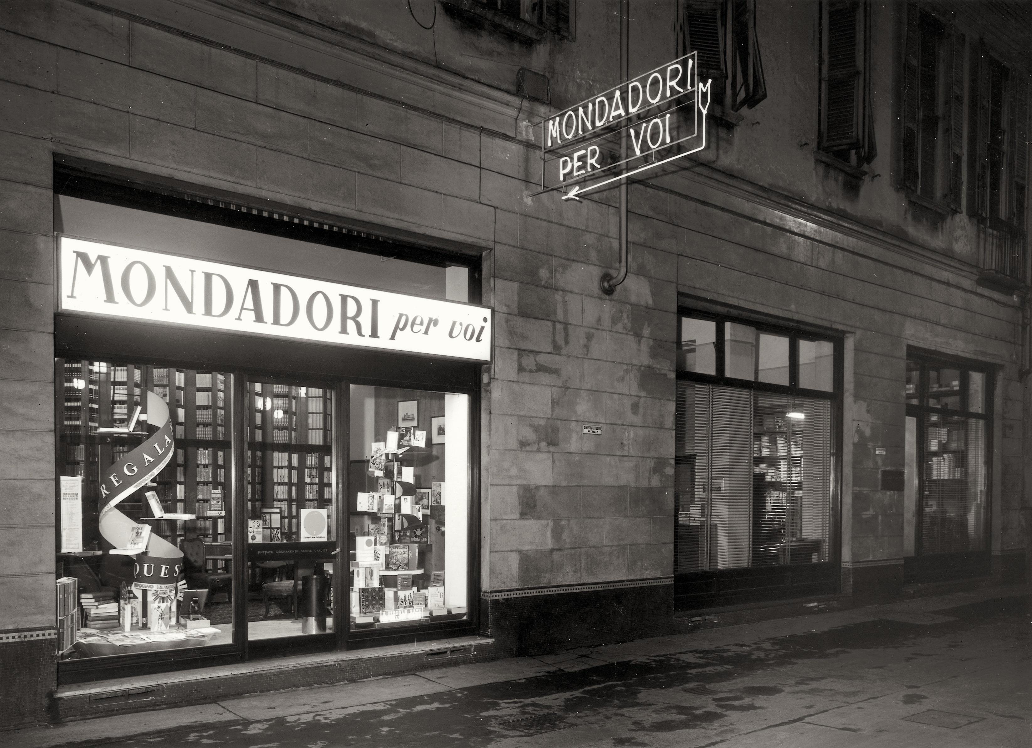 """Negozio della catena """"Mondadori per voi"""", Milano, 1954"""