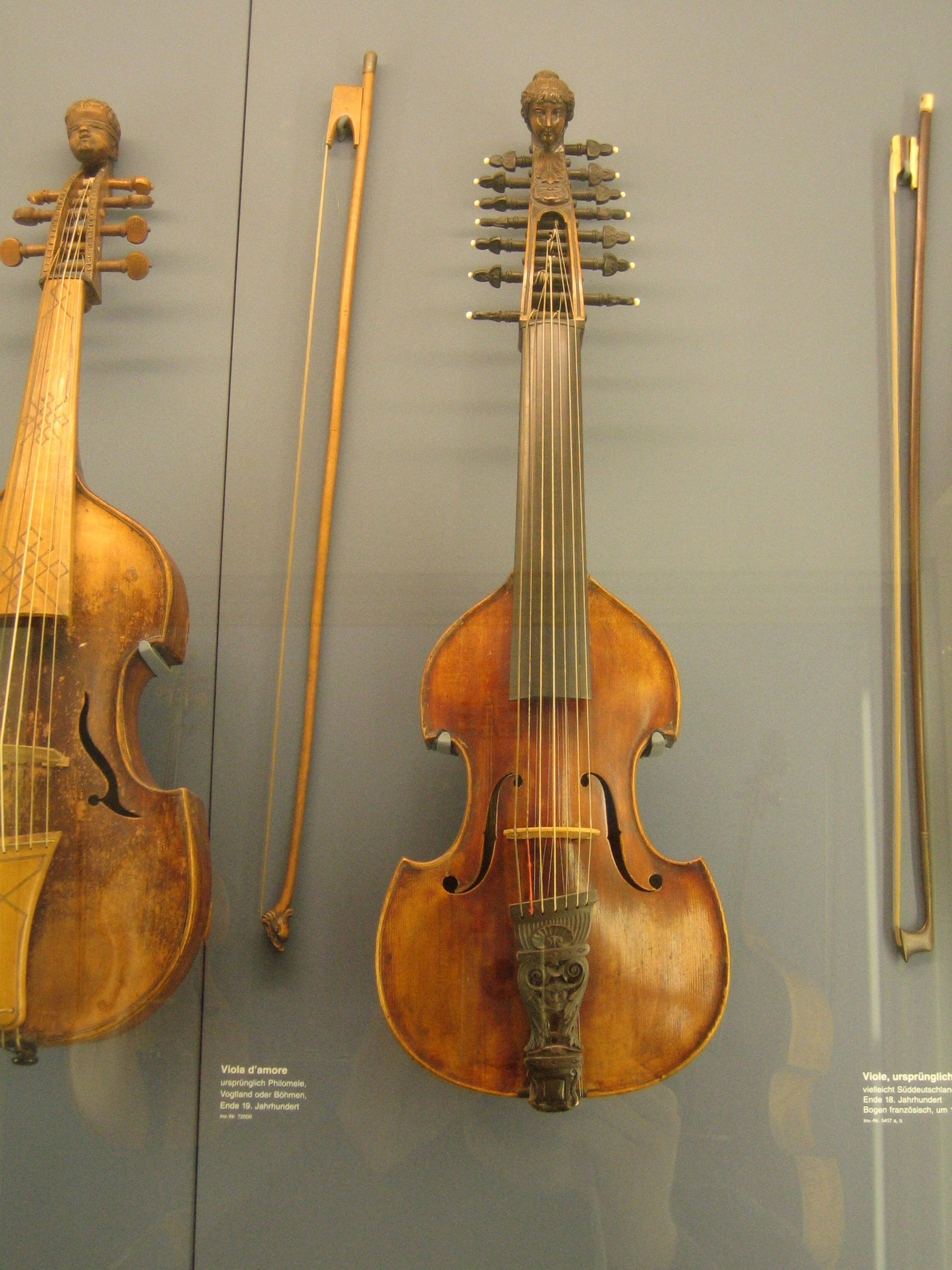 File:Viola d'Amore 1, Deutsches Museum.jpg - Wikimedia Commons