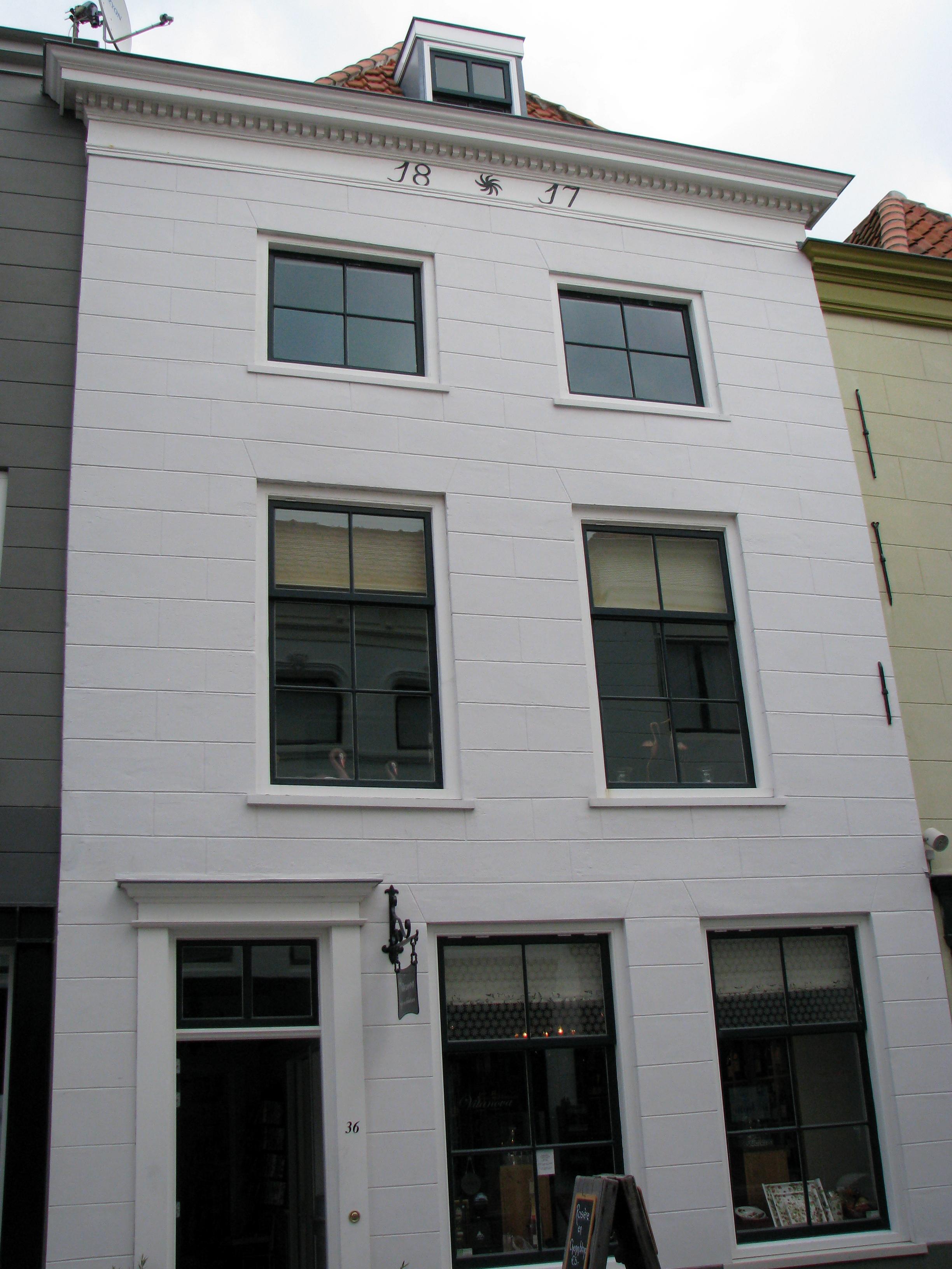 Huis met gepleisterde lijstgevel lijst voorzien van for Lijst inrichting huis