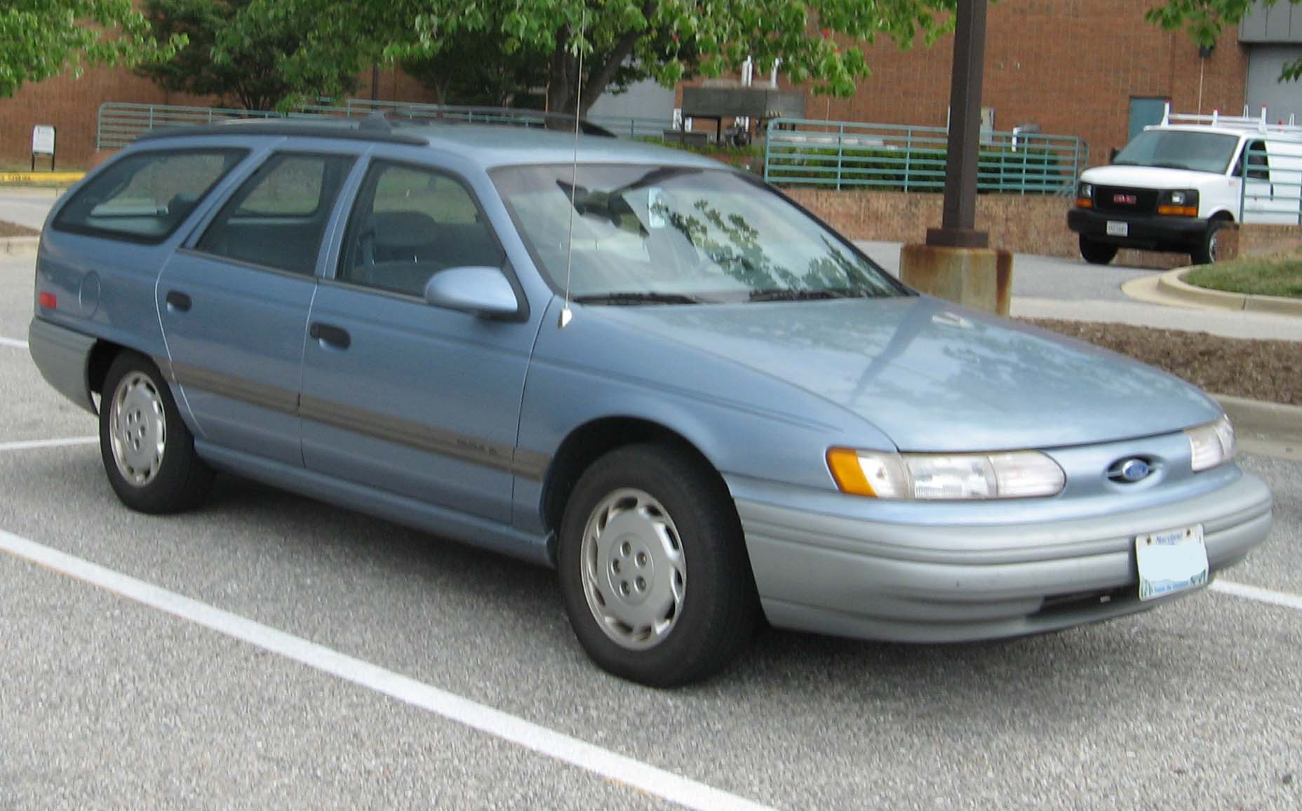 1990 Ford Taurus >> File:2nd-Ford-Taurus-GL-wagon-front.jpg - Wikimedia Commons