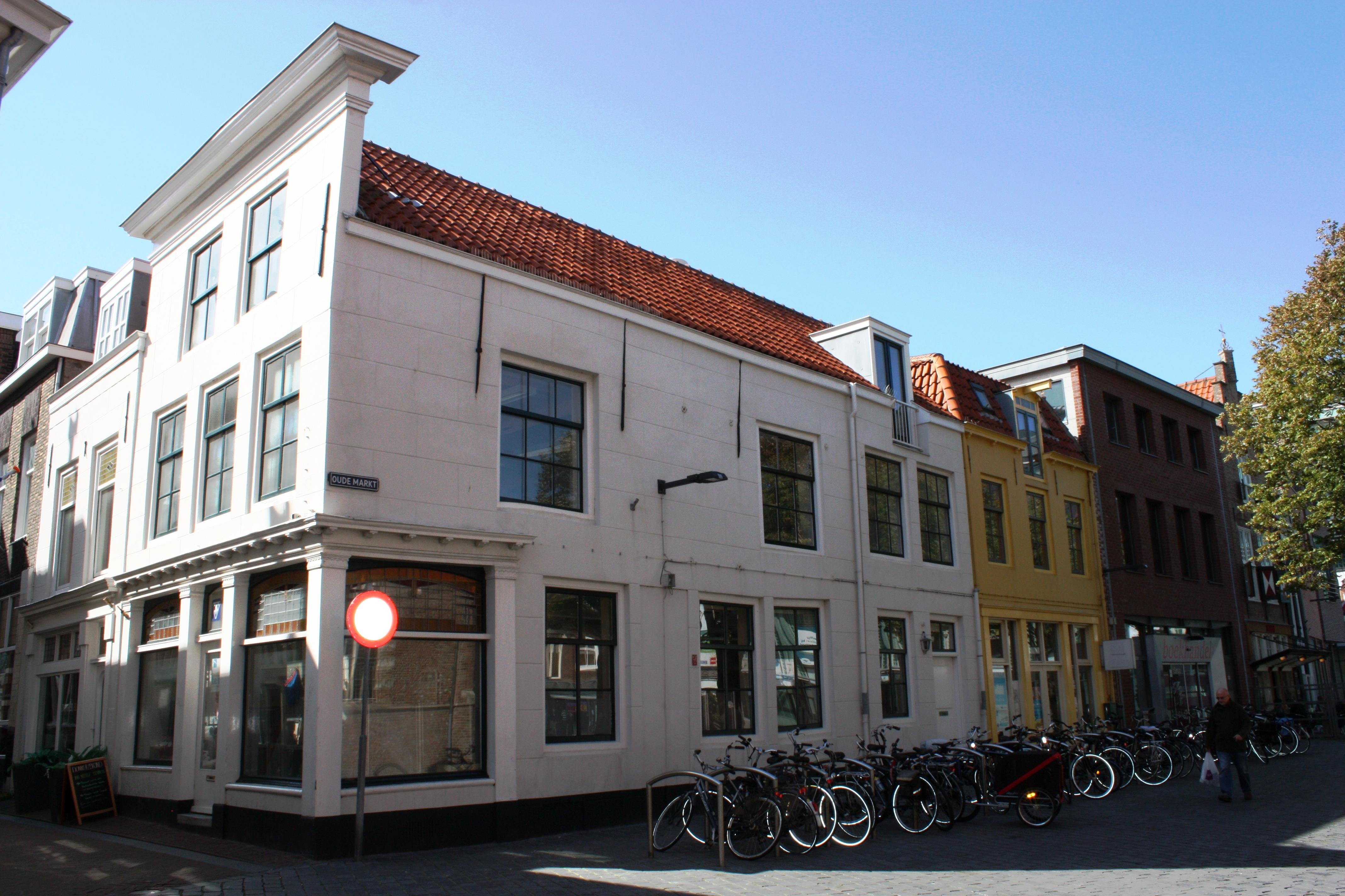 Huis met rechte gepleisterde gevel dakkapel op de hoek met kerkstraat 1 moderne winkelpui - Oude huis gevel ...