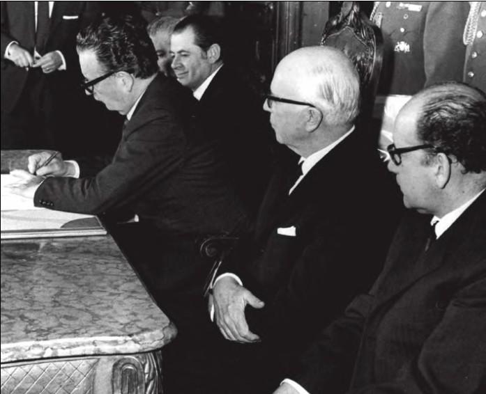 Salvador Allende firma el decreto promulgatorio de la reforma constitucional que da inicio a la nacionalización del cobre.