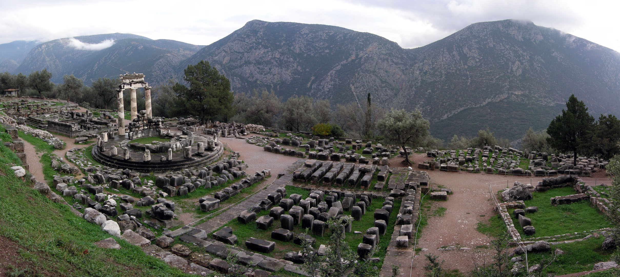 https://upload.wikimedia.org/wikipedia/commons/9/93/Athina_Pronaia_Sanctuary_at_Delphi.jpg