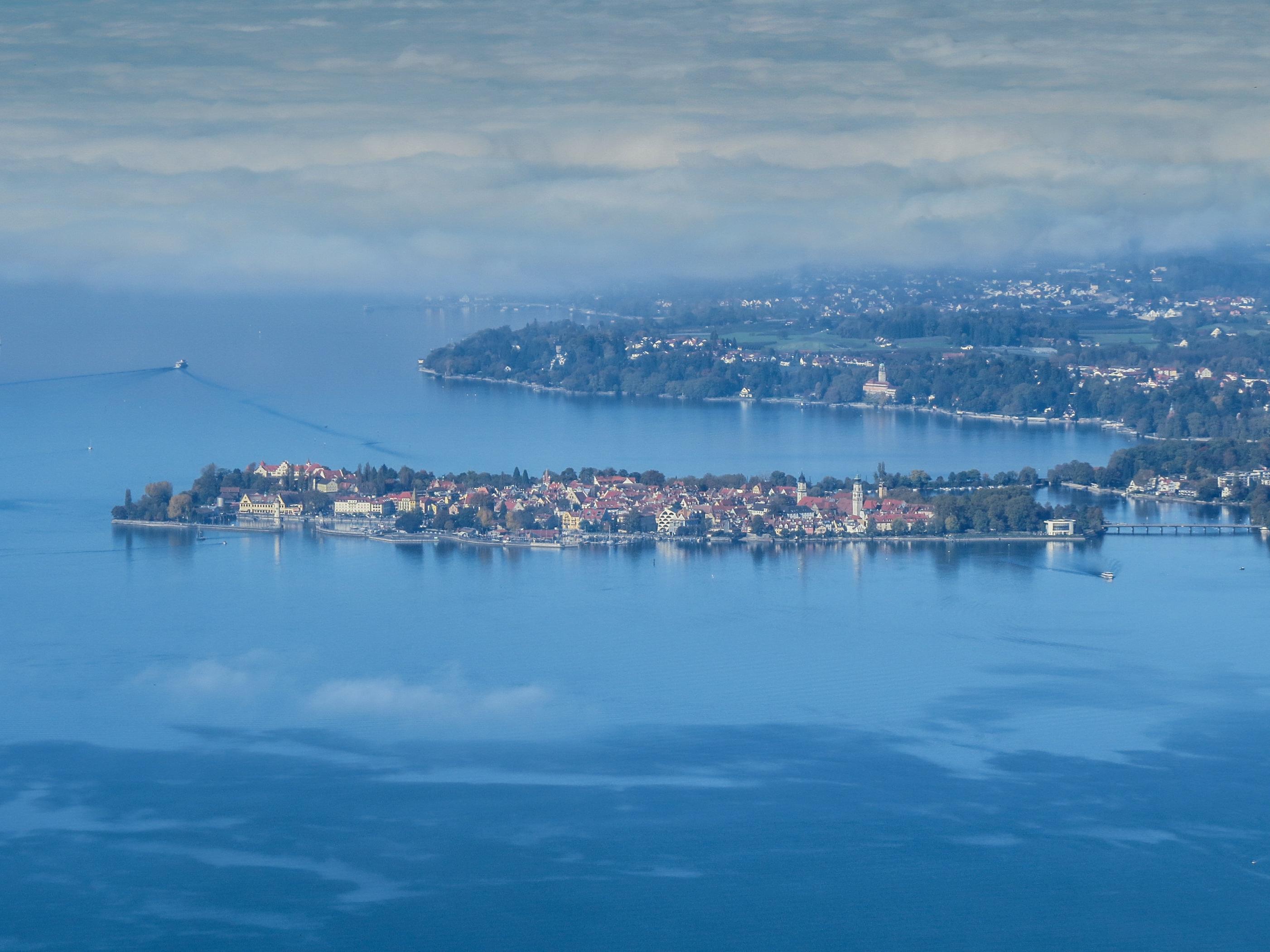File:Blick auf den Bodensee und die Stadtinsel Lindau vom