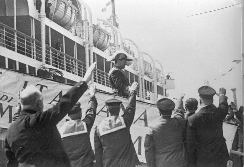 File:Bundesarchiv Bild 102-13405, Genua, Besuch Mussolinis bei Marine.jpg