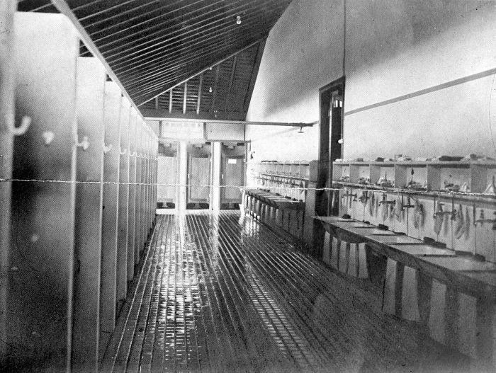 FileCOLLECTIE TROPENMUSEUM Wasruimte met wcs van het internaat te Bra # Wasbak Kind_094439