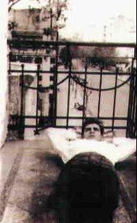 Ernesto Guevara en el balcón de su casa en Buenos Aires, Araoz 2180