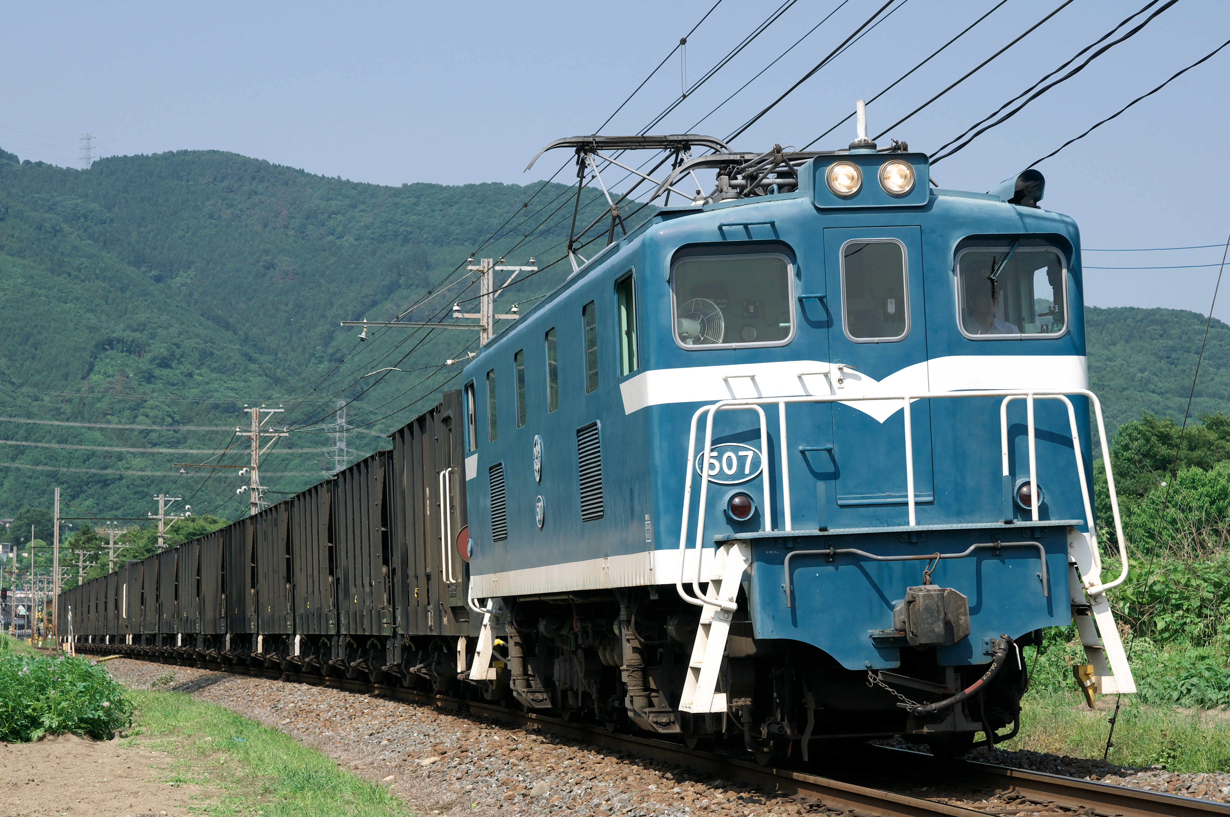 https://upload.wikimedia.org/wikipedia/commons/9/93/Chichibu_railway_deki507_20110606.jpg