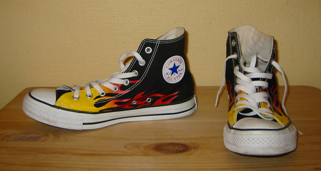 Ficheiro:Converse Chucks shoes black with flames.jpeg