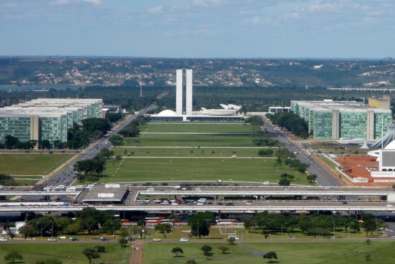 Ficheiro:Esplanada dos Ministérios, Brasília DF 04 2006 (modificada).jpg