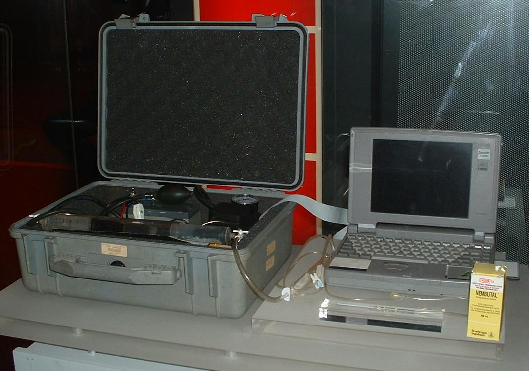 Máquina utilizada para facilitar la eutanasia a enfermos terminales mediante el método de inyección letal.