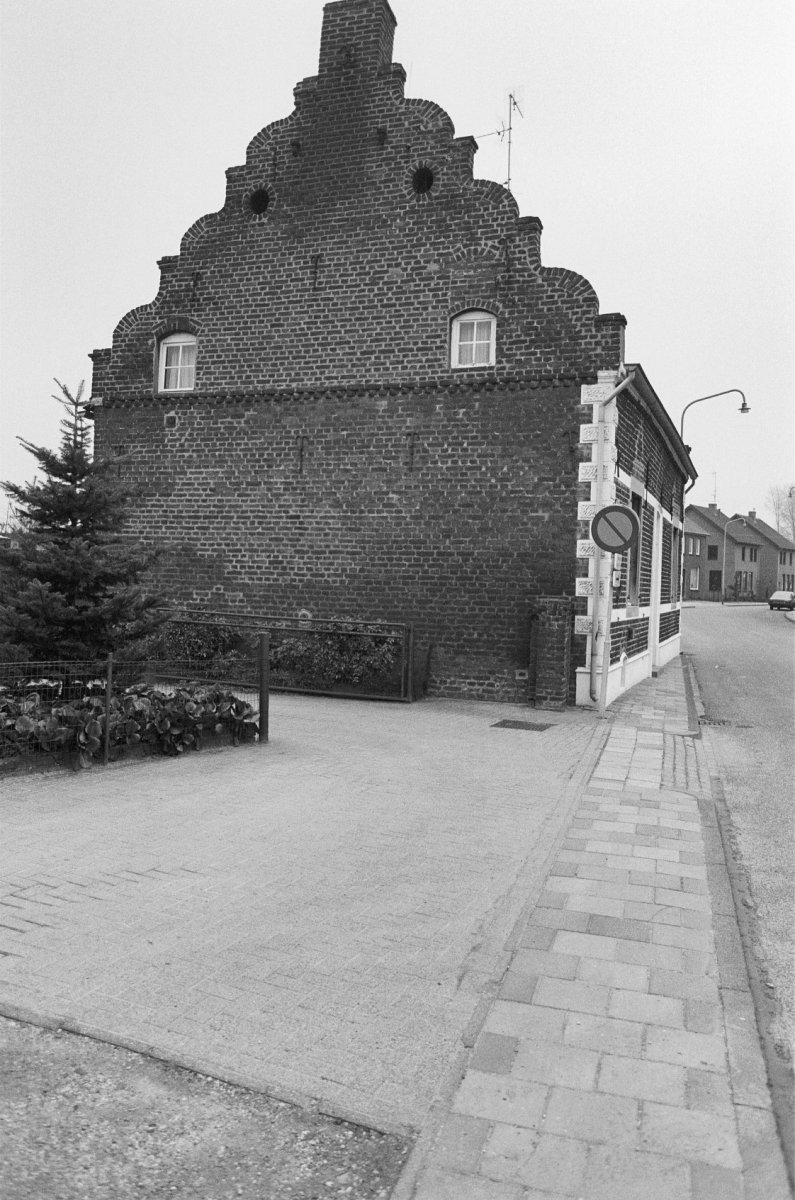 Huis met zadeldak tussen gezwenkte gevels in neer monument - Tussen huis ...
