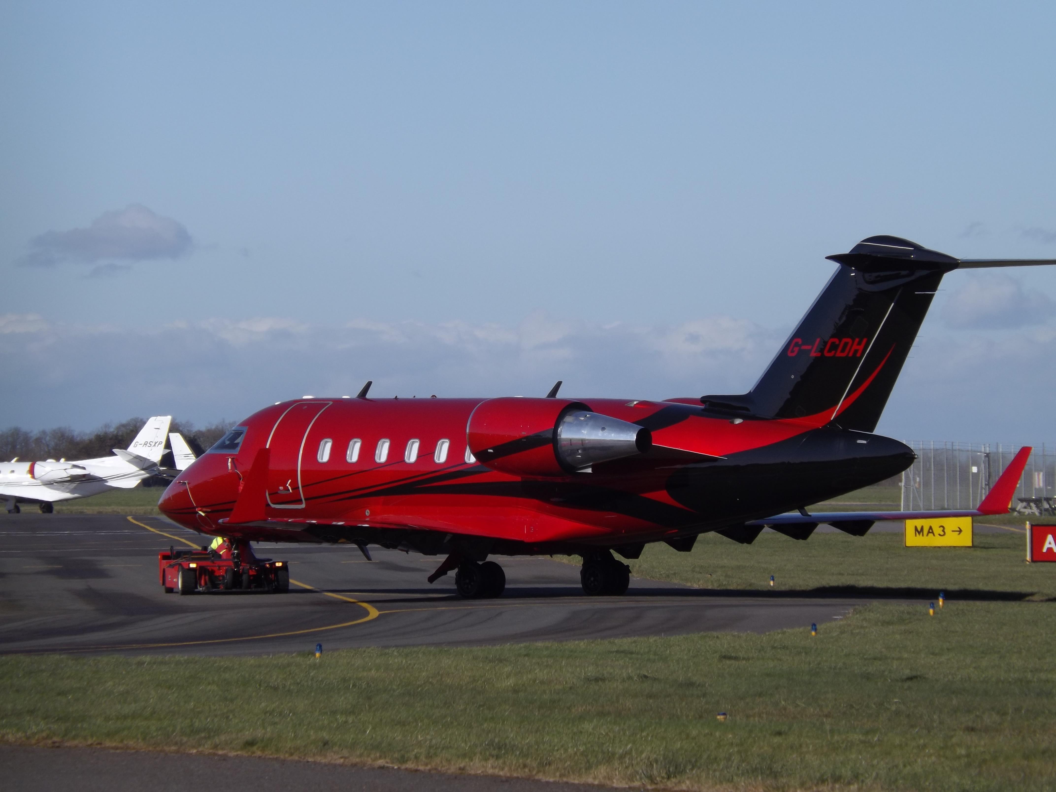 Jet Privato Di Hamilton : File g lcdh bombardier canadair challenger hangar