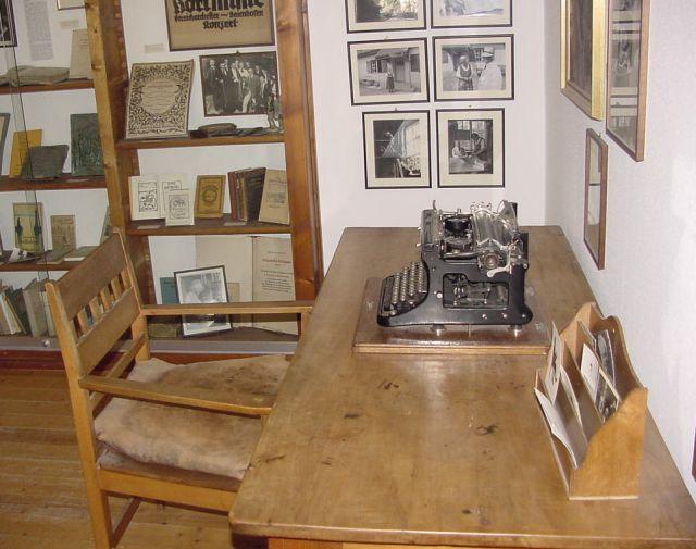 ガイエンホーフェンの博物館にて再現されたヘッセの書き物机 Wikipediaより