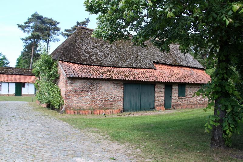"""Met vervallen gebouwen, die tot verdwijnen gedoemd waren richtte de gemeente Kasterlee in samenwerking met de Heemkundige Kring een heemerf op nabij de Keeses Molen. Het werd """"De Waaiberg"""" genoemd naar de aloude benaming van de streek. Het Heemerf wil een getuigenis brengen van de bouwstijl en leefwijze van de Kempense mens in de tweede helft van de 19e en het begin 20ste eeuw. Het heemerf omvat een boerderijtje met stal, een schuur, een bakhuis, een karkot met klompenmakermuseum, een biehal en een boomgaard met houtmijt"""