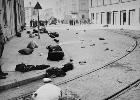 Les biens des déportés laissés dans les rues du ghetto de Podgorze à Cracovie.