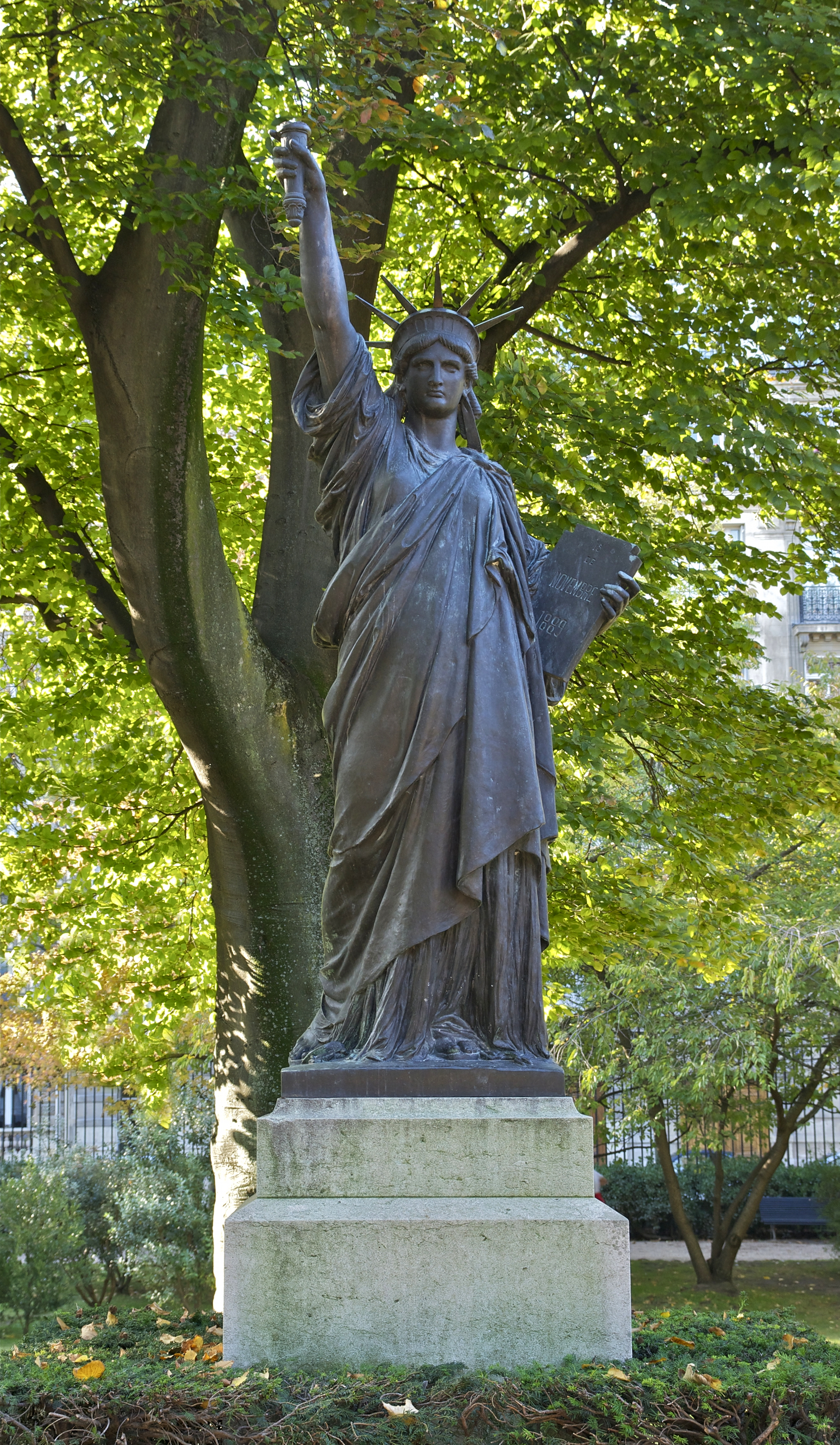 File la libert clairant le monde jardin du luxembourg - Jardin du luxembourg statue de la liberte ...