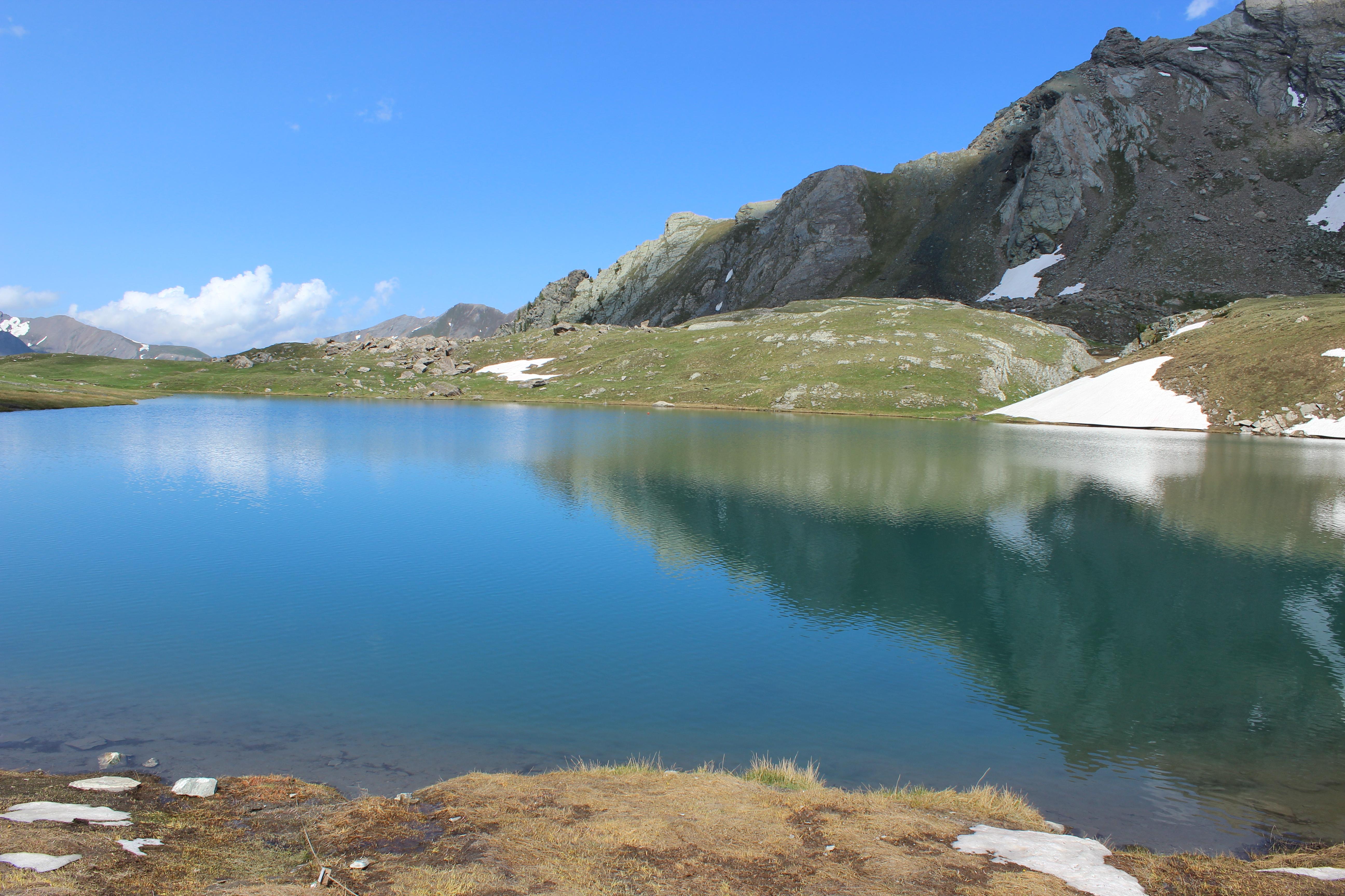 Vue sur le lac Égorgeou Commons / [https://commons.wikimedia.org/wiki/File:Lac_%C3%89gorgeou_nord-est.JPG Juraastro].