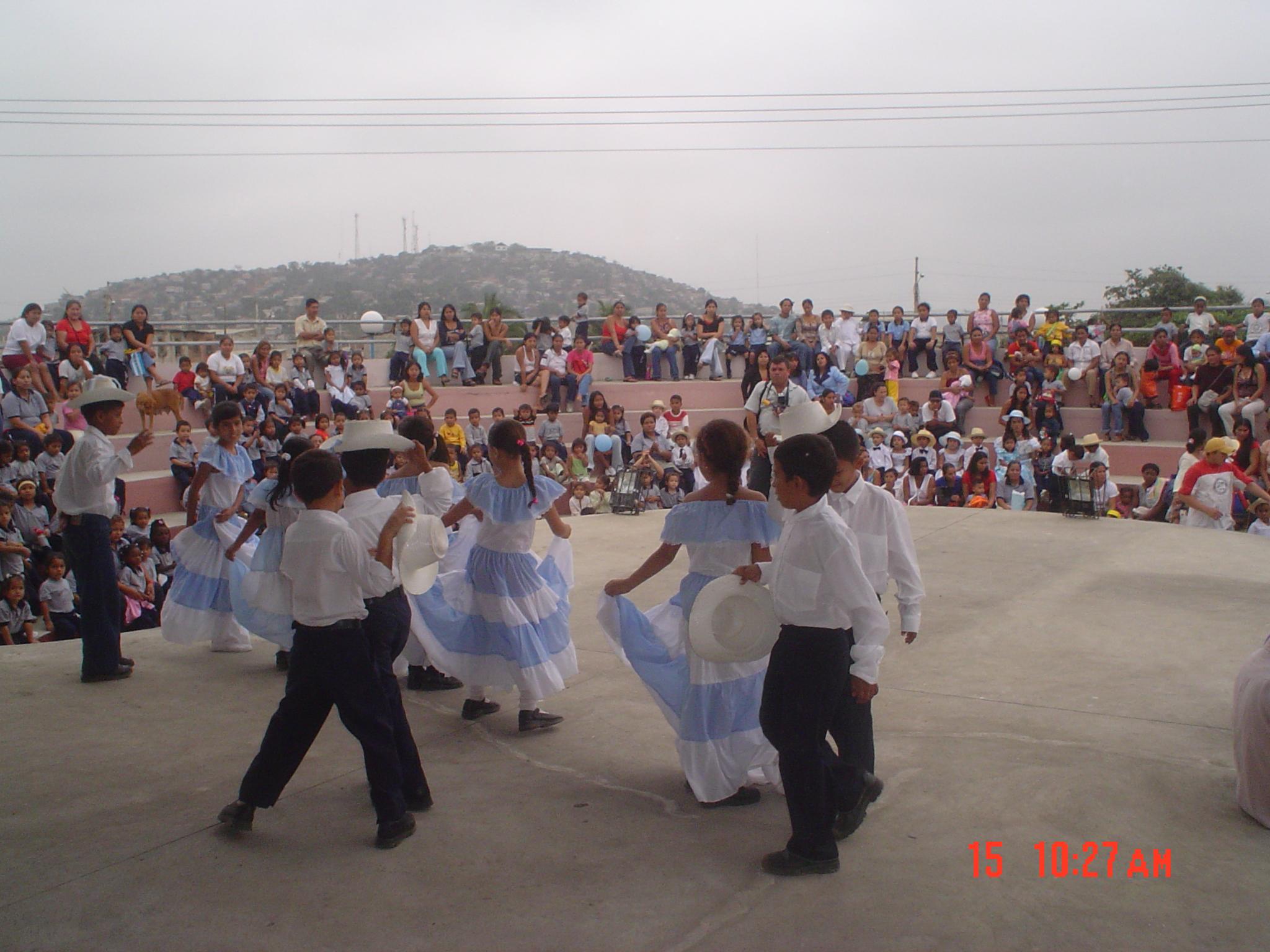 http://upload.wikimedia.org/wikipedia/commons/9/93/Ni%C3%B1os_en_baile_t%C3%ADpico_de_Guayaquil_1.jpg
