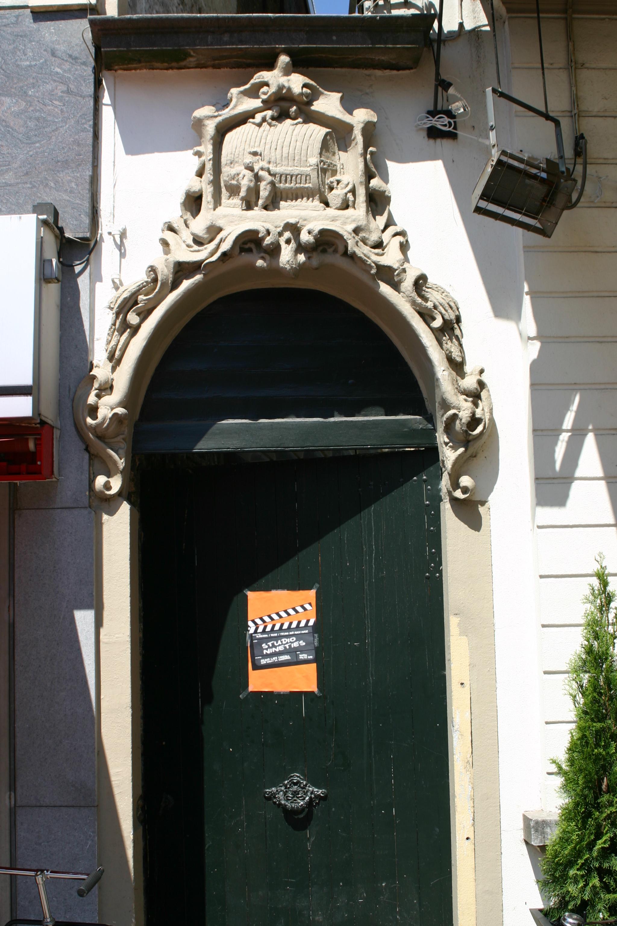 Poortje met zandstenen boog en versiering in lodewijk xv stijl in een cartouche een reli f - Garderobe stijl van lodewijk xv ...