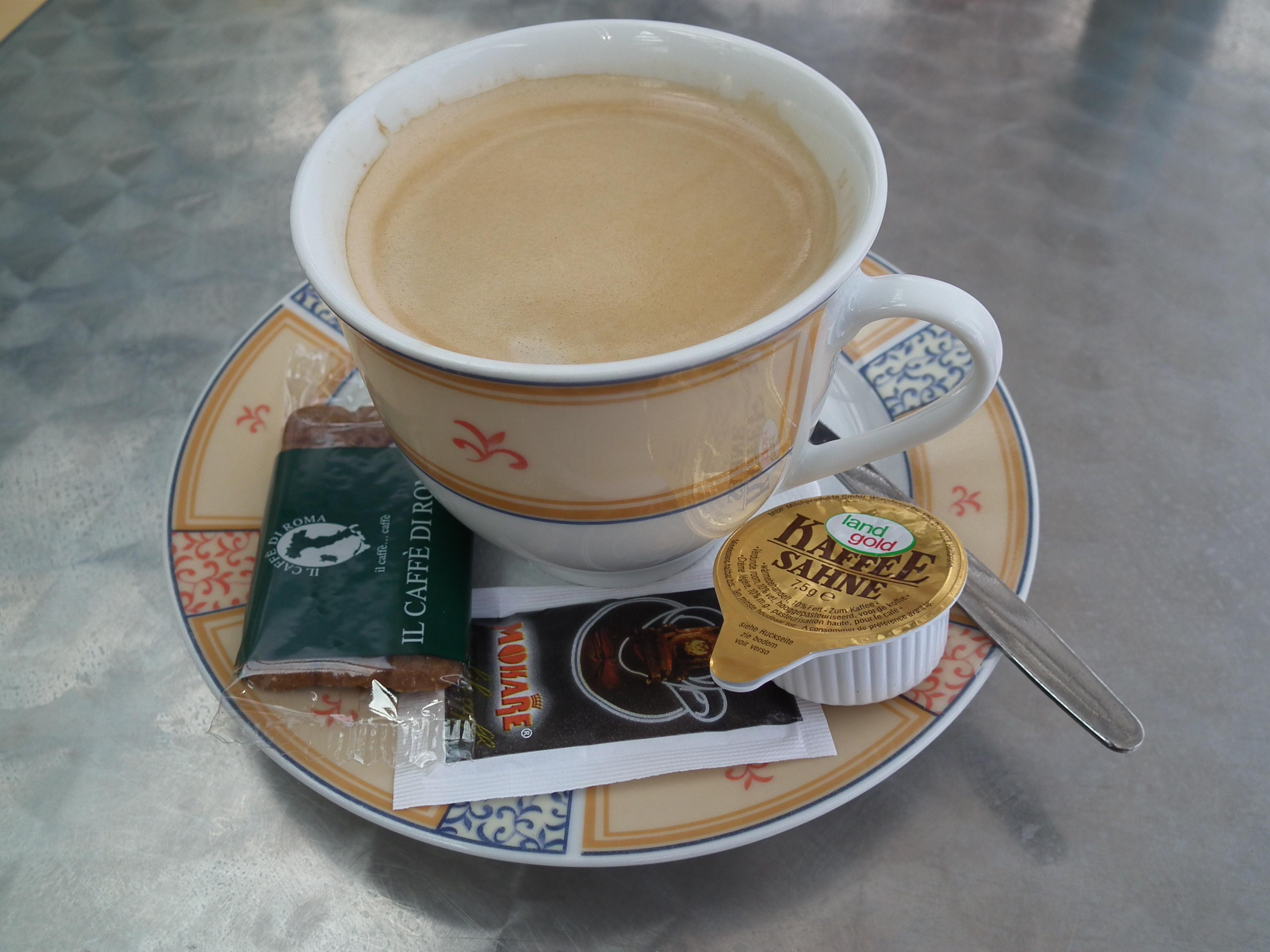 file tasse kaffee mit milch zucker und geb ck jpg wikimedia commons. Black Bedroom Furniture Sets. Home Design Ideas