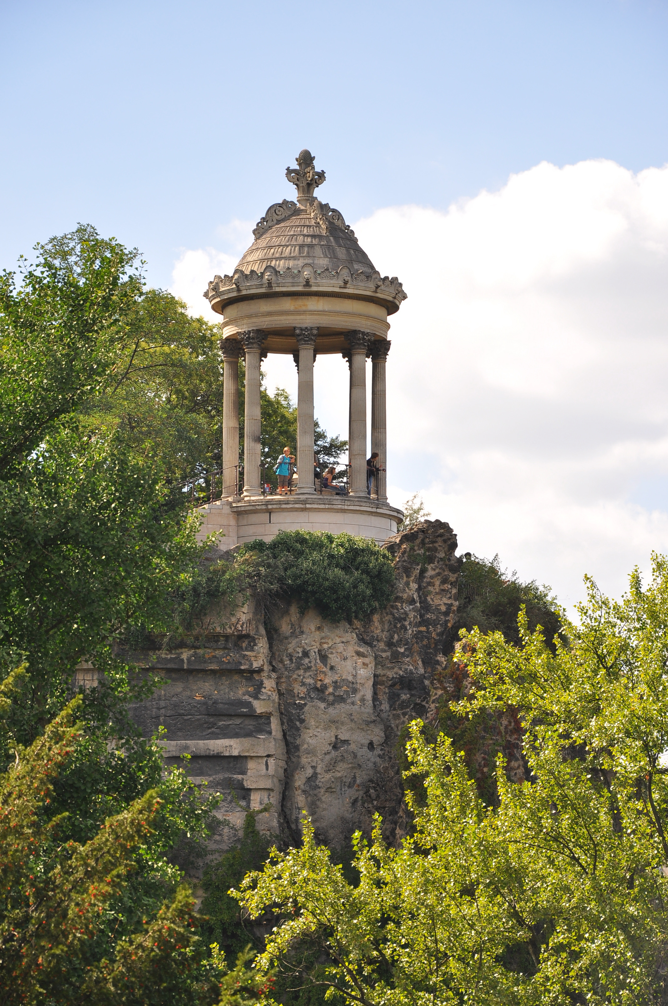 https://upload.wikimedia.org/wikipedia/commons/9/93/Temple_of_Sibylle_Buttes_Chaumont_Paris_19e.jpg