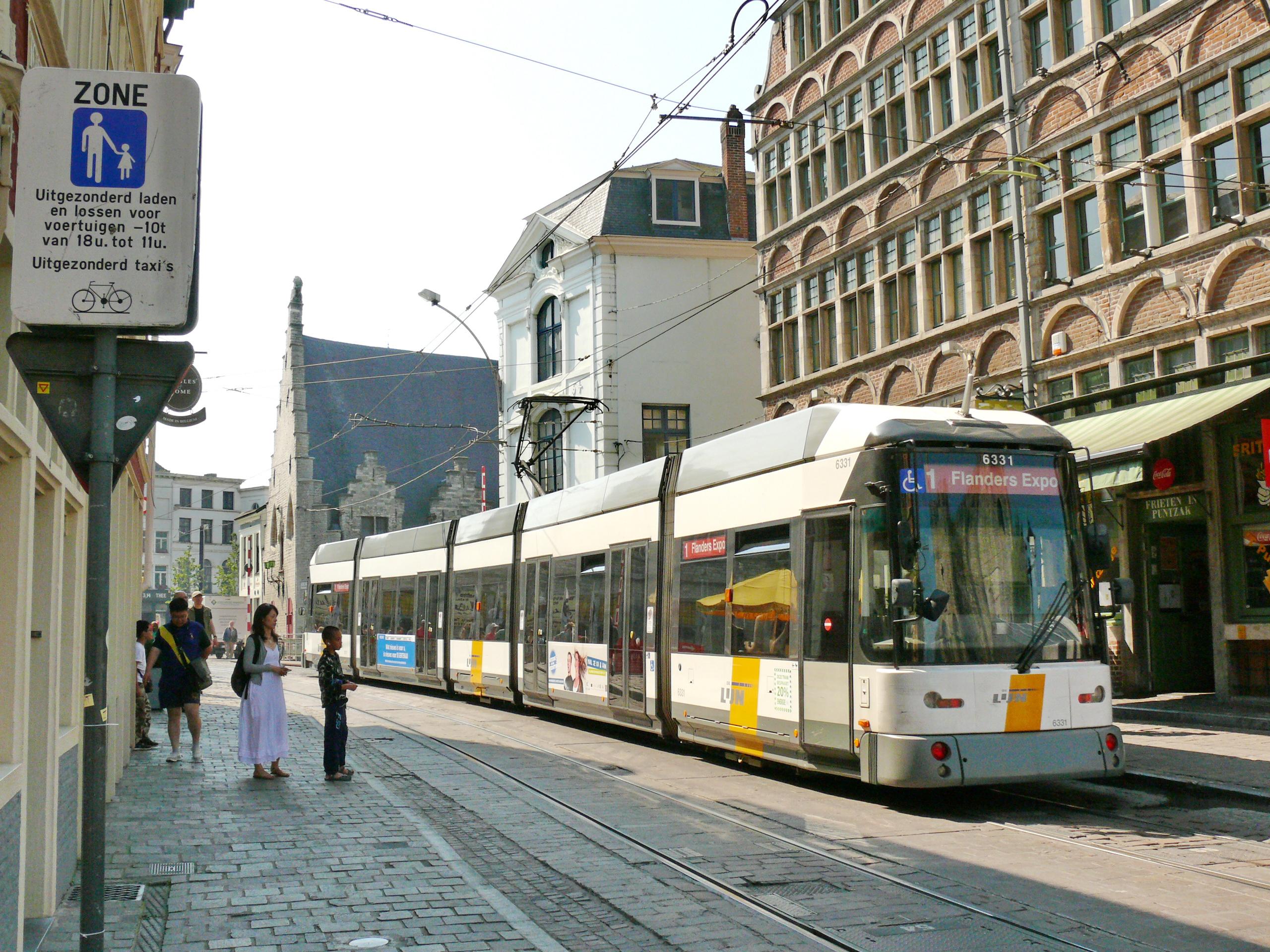 https://upload.wikimedia.org/wikipedia/commons/9/93/Tramway_de_Gand_-_Rame_6331_Hermelijn_%C3%A0_Rekelingestraat.JPG