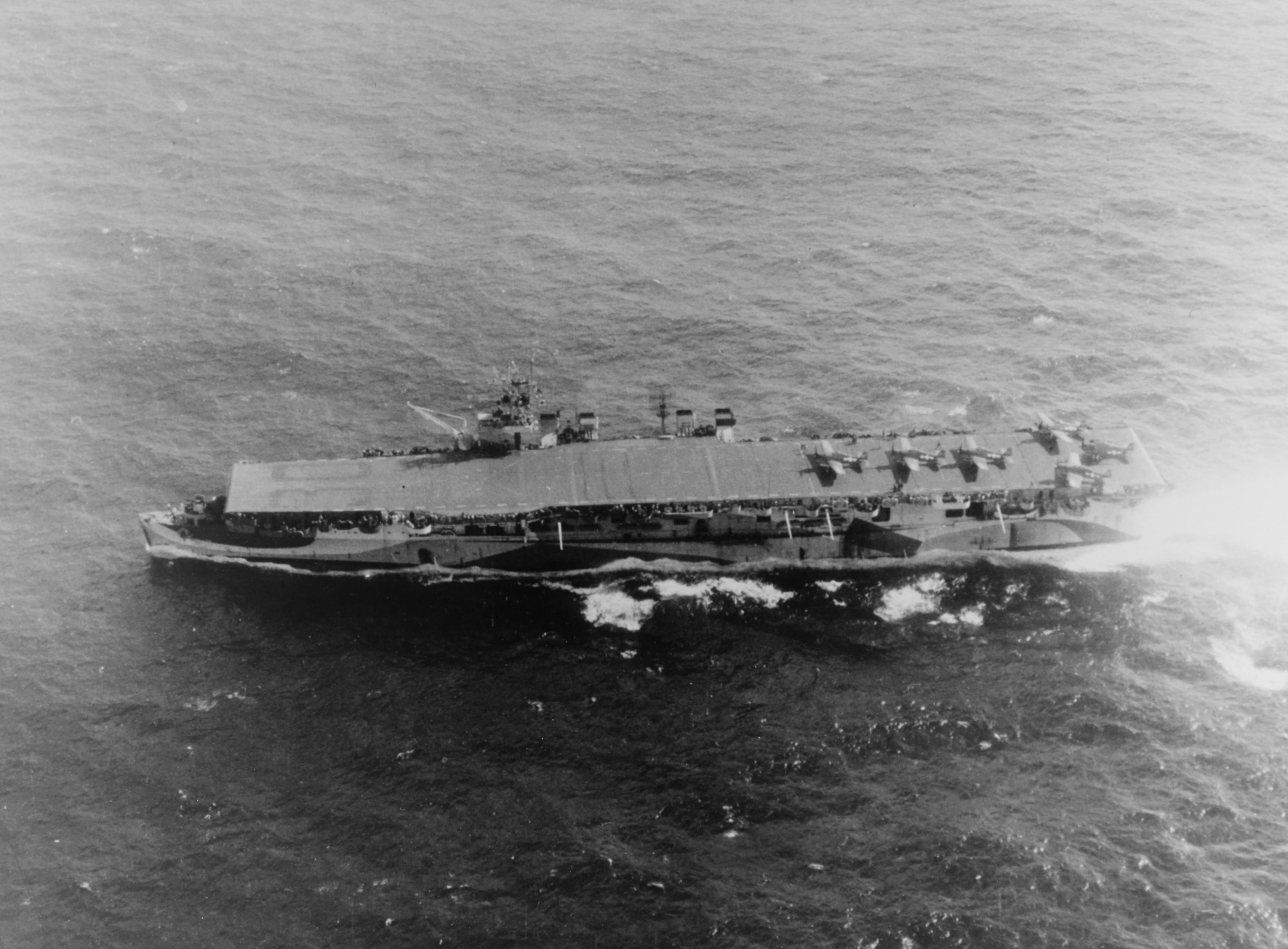 USS_San_Jacinto_(CVL-30)_underway_on_31_