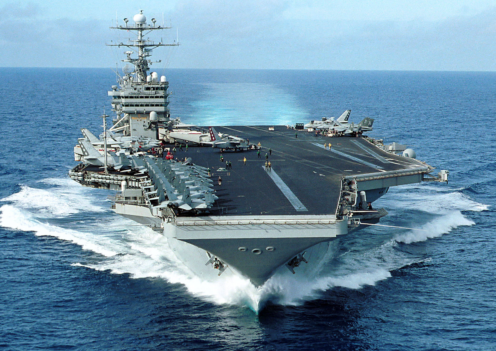 https://upload.wikimedia.org/wikipedia/commons/9/93/US_Navy_020928-N-3653A-001_The_nuclear-powered_aircraft_carrier_USS_George_Washington_(CVN_73)_transits_the_Atlantic_Ocean.jpg
