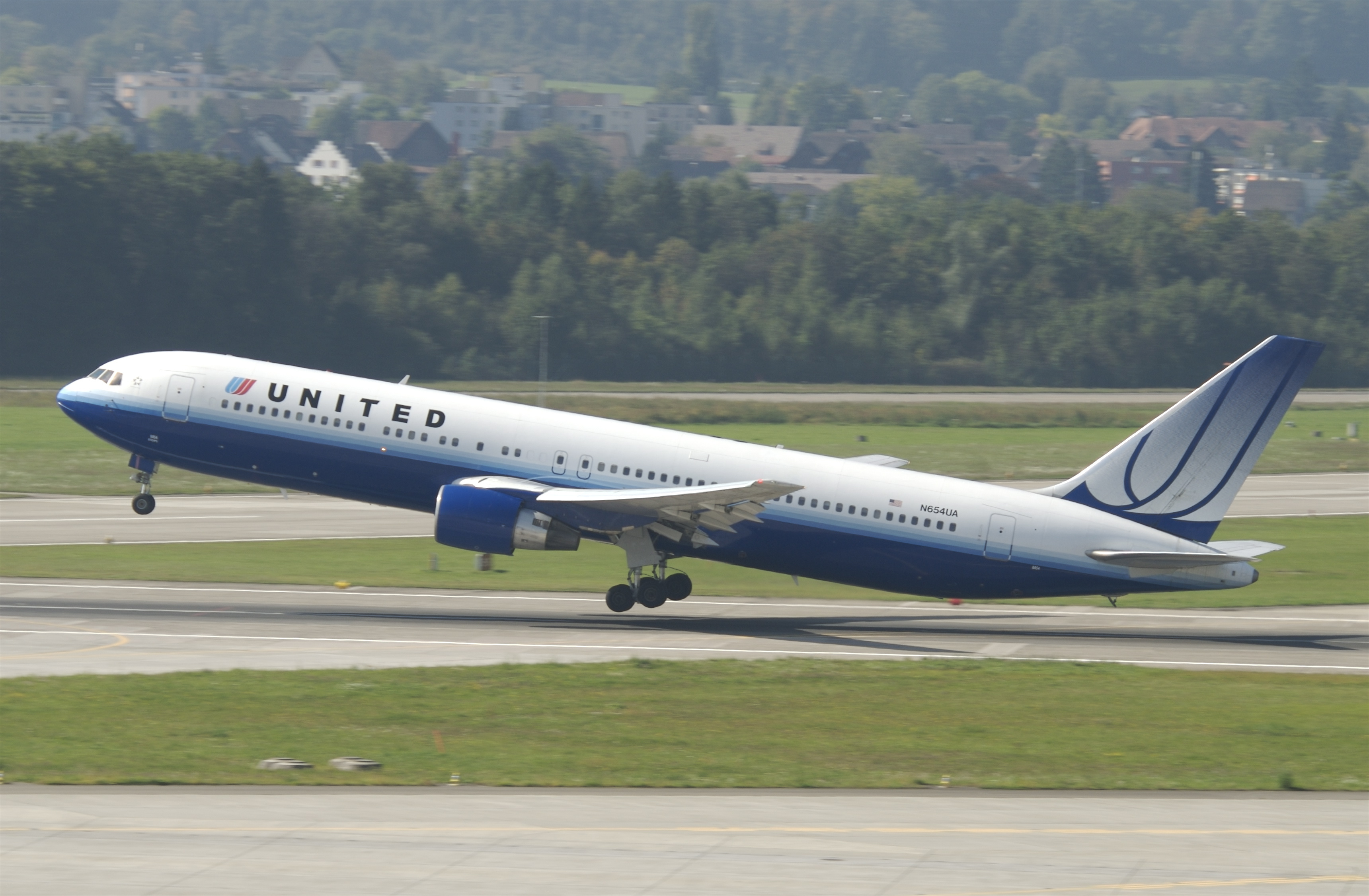 Description United Airlines Boeing 767-300  N654UA ZRH 22 09 2010    United Airlines 767 300
