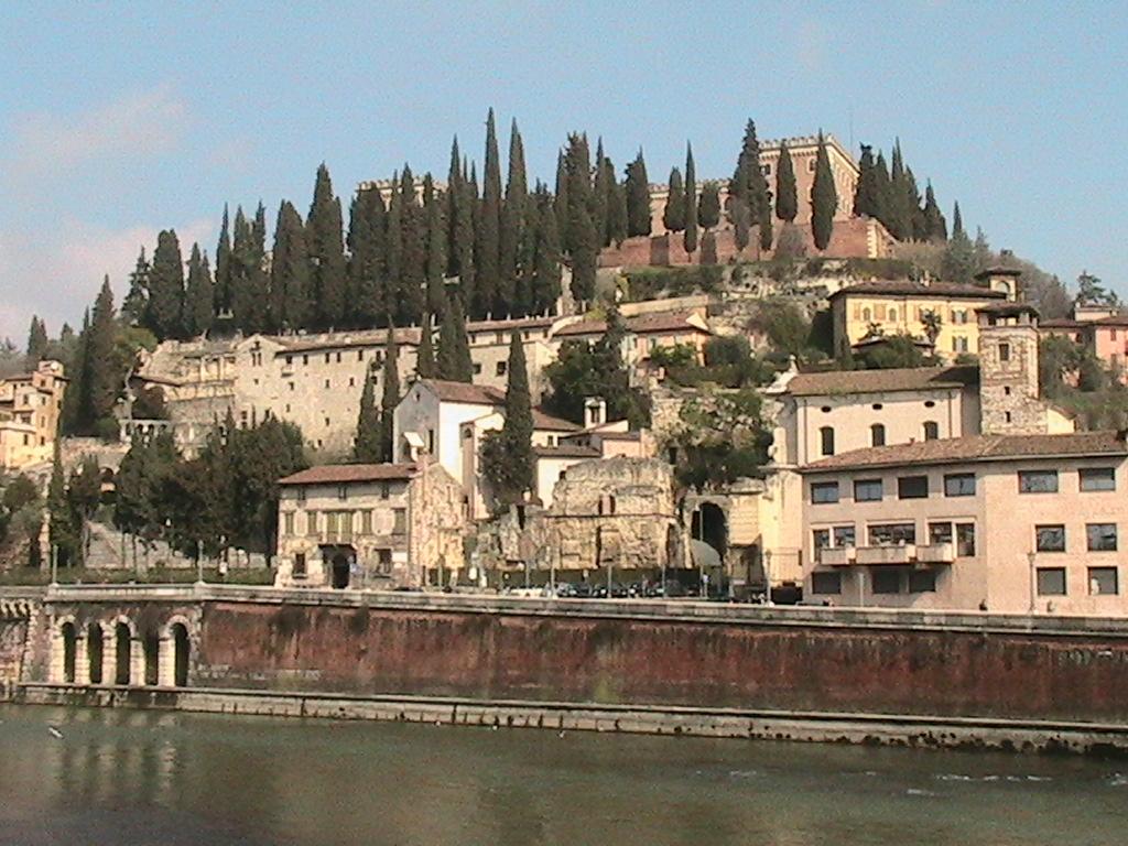 File:VERONA - Il teatro romano.JPG - Wikimedia Commons