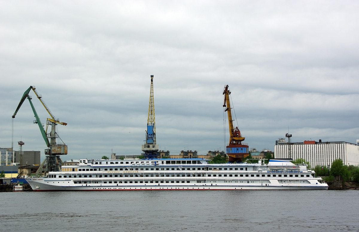 File:Viking Akun on the Malaya Neva in Saint Petersburg 25 May 2013.jpg