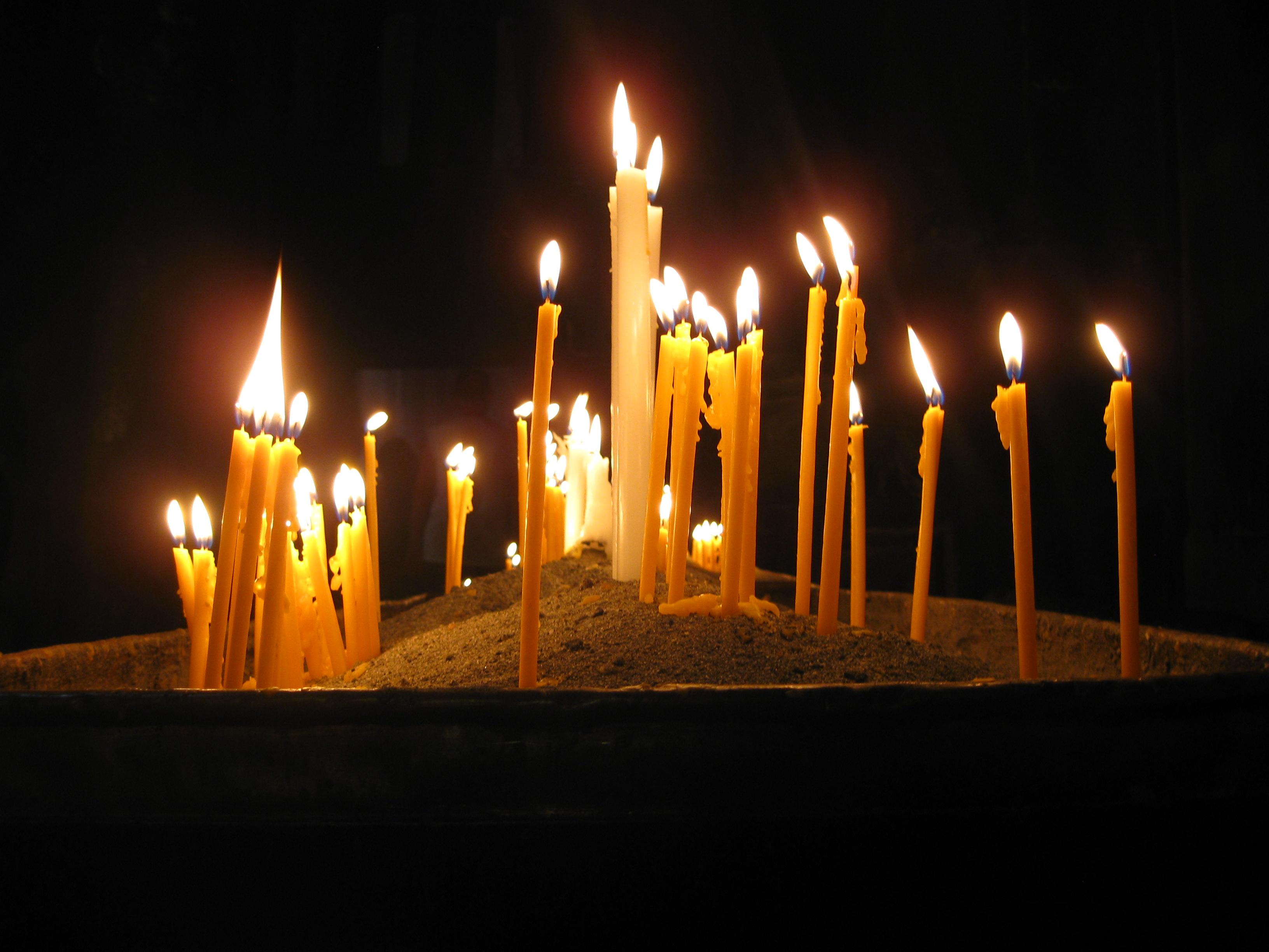 Фото девушка в церкви со свечой