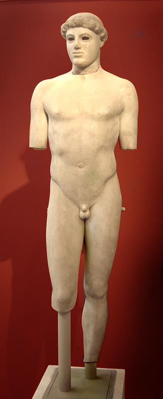 Las estatuas griegas empiezan a ponerse cómodas en torno al 480 a.C. El Efebo de Kritios marca el punto de inflexión. El escultor ha aprendido a girar el cuerpo lo justo para que tenga un aspecto más relajado