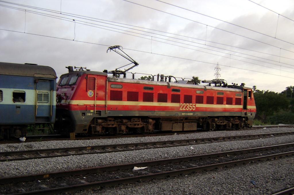 File:17406 Krishna Express with LGD WAP-4 loco 02.jpg
