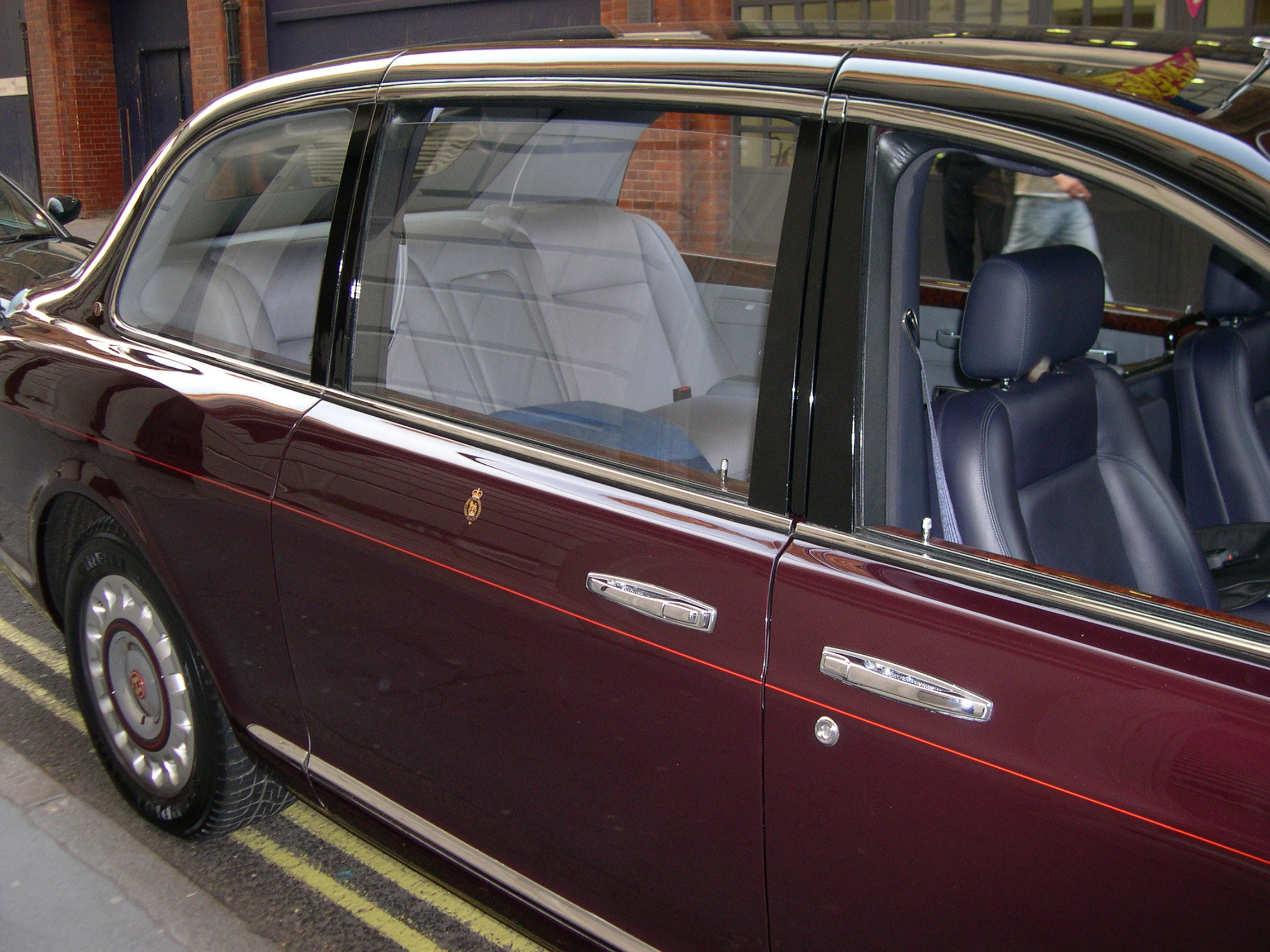File:2002 Bentley State Limousine compartment.jpg - Wikimedia Commons