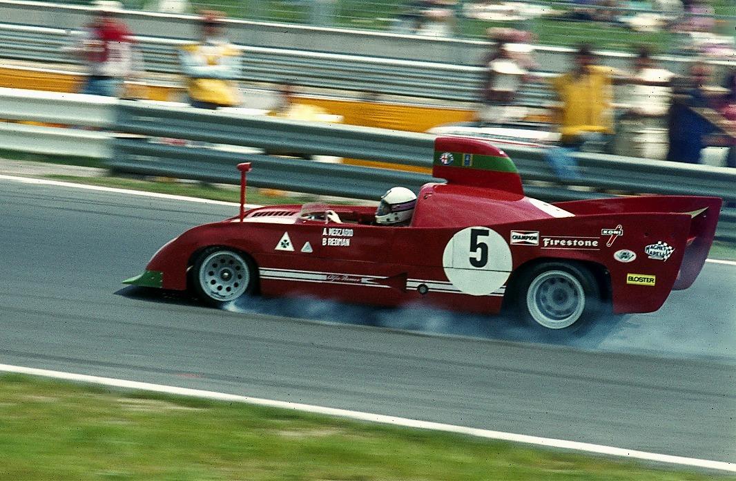 Brian Redman 1974 im Alfa Romeo 33TT12 eingangs Nordkurve
