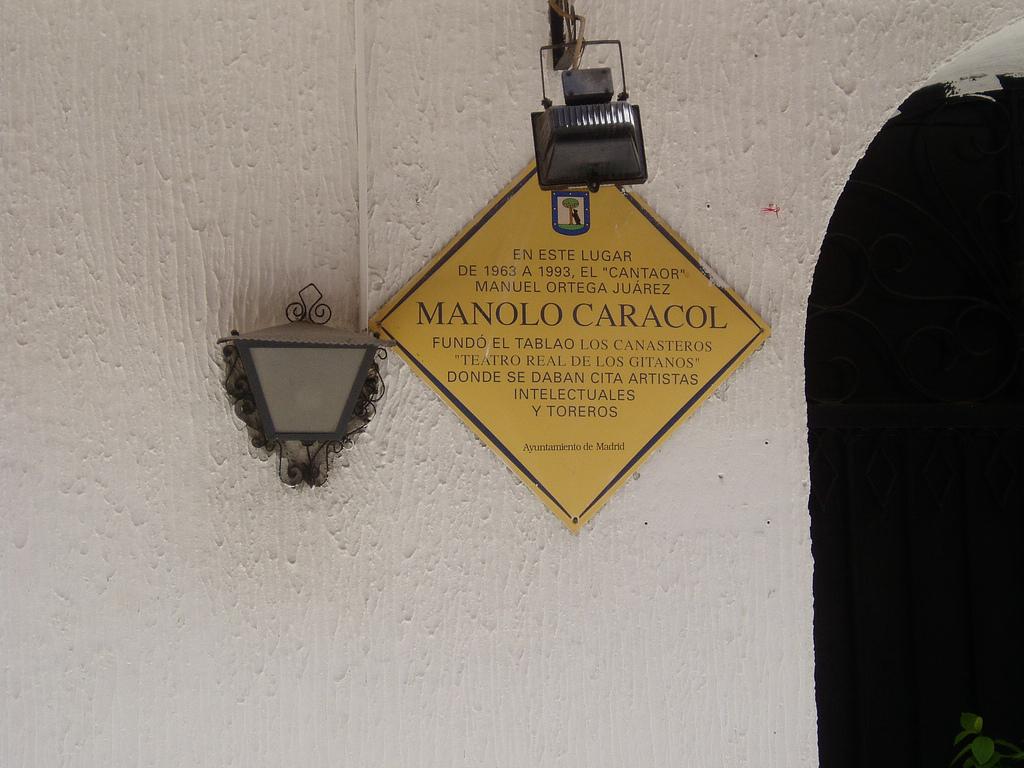 Placa en recuerdo del tablao Los Canasteros.