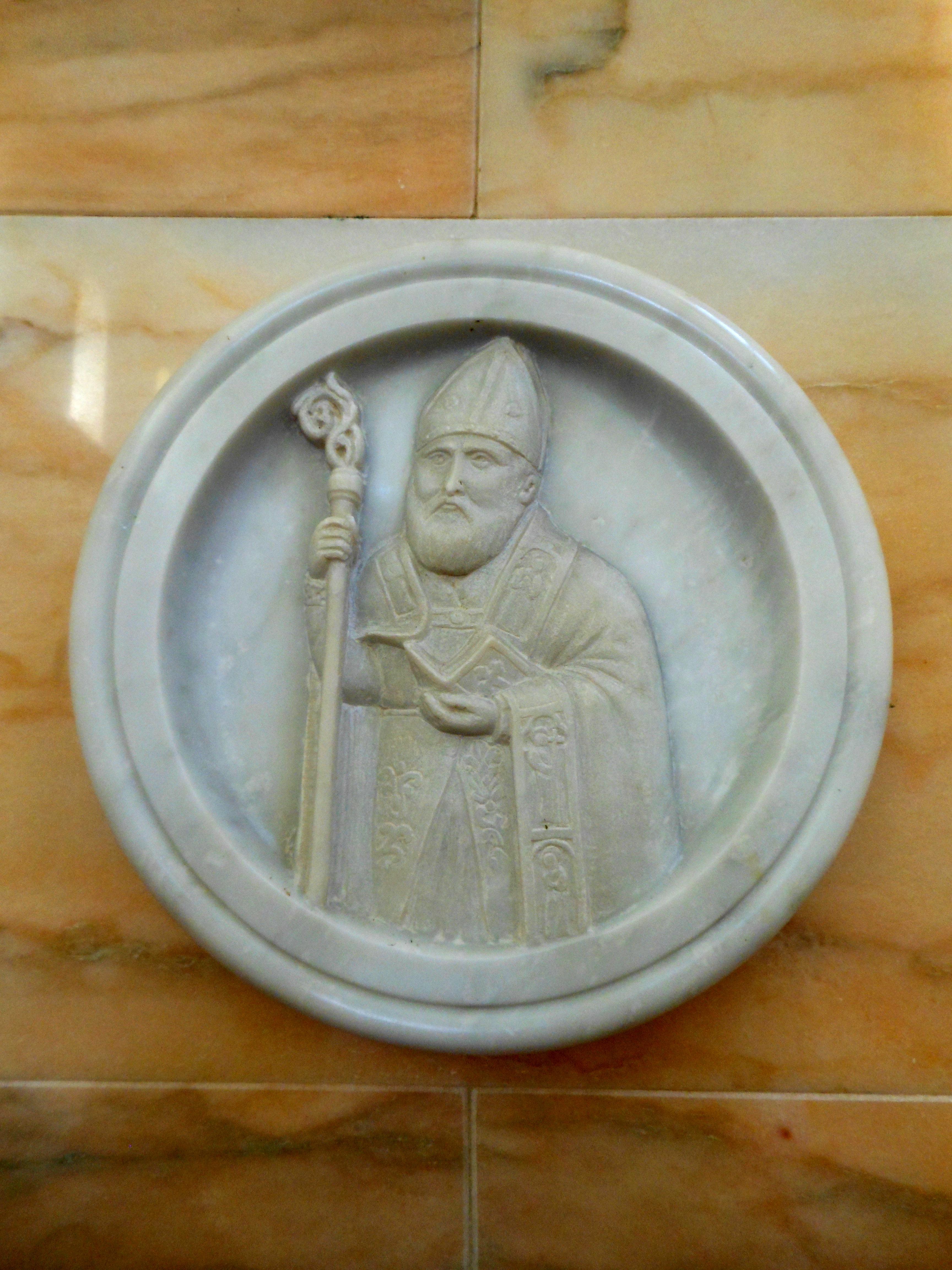 Basrelieff som viser Paulinus. Detalj fra alteret i kirken San Paolino i Torregrotta
