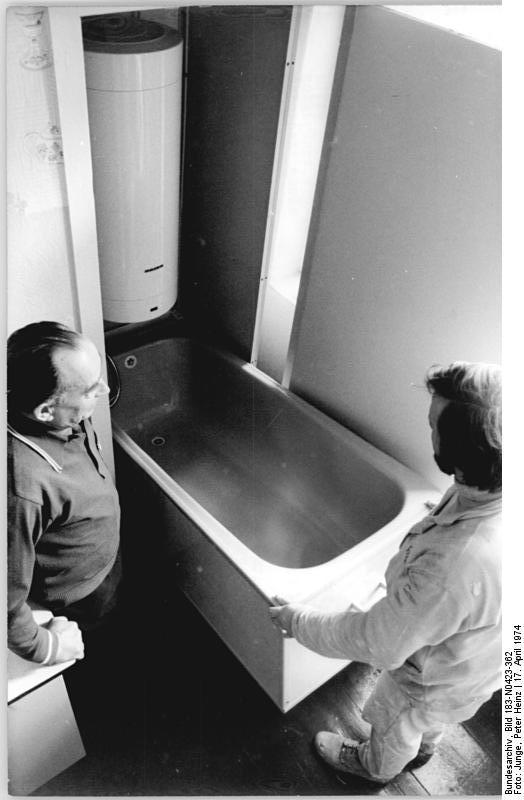File:Bundesarchiv Bild 183 N0423 362, Berlin, Badezimmer Mit Klapp
